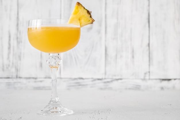 パイナップルスライスを添えたアルゴンキンカクテルのグラス