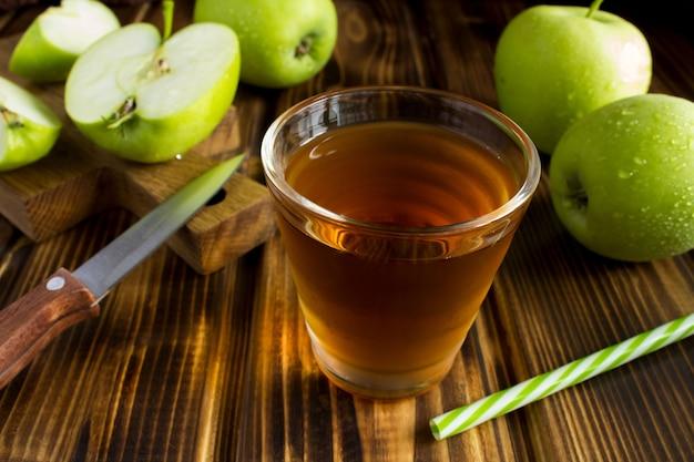 テーブルの上のリンゴジュースのガラス