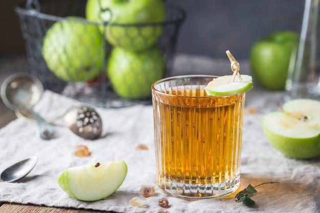 青リンゴとリンゴジュースのガラス