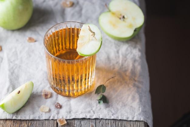 青リンゴとリンゴジュースのガラス Premium写真