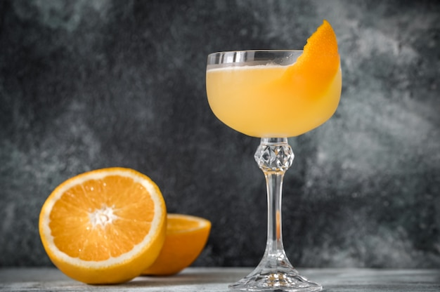 Коктейль glass of bee's knees с апельсиновой цедрой