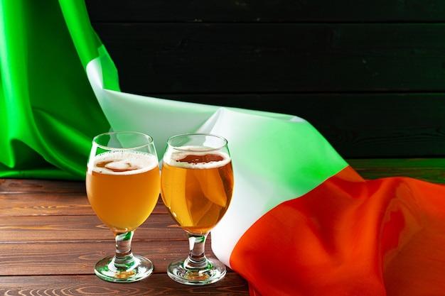 アイルランドの旗に対してビールのグラスをクローズアップ