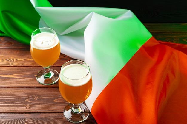 アイルランドの旗に対してビールのグラス