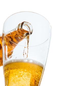 Стакан пива и бутылка на белом фоне