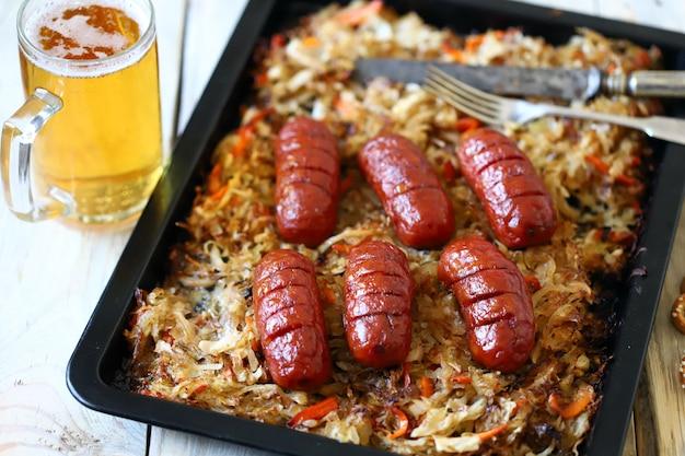 Стакан пива и колбасы с квашеной капустой