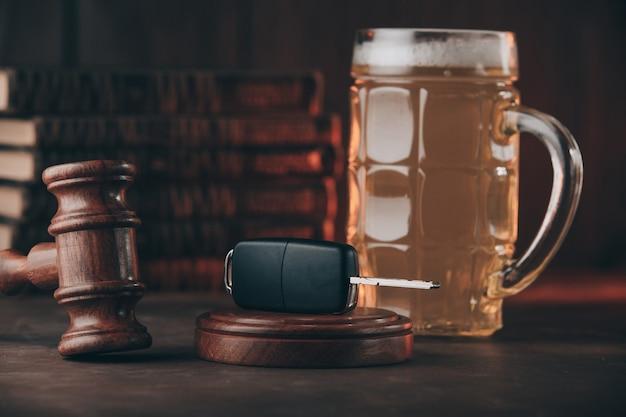 ビールのグラス、車の鍵、木の小槌。