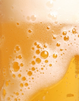 泡とビールのクローズアップのガラス