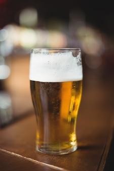 バーカウンターでビールのグラス