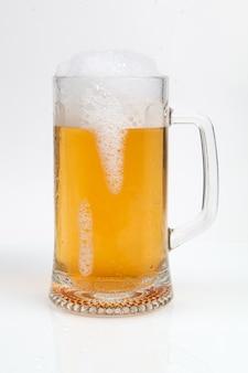 白で隔離されるビールのグラス