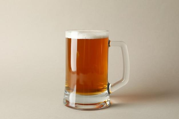 Стакан пива, изолированные на серый