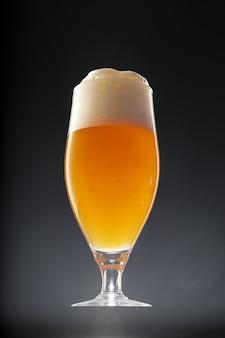 黒の背景、コピー領域にビールのグラス