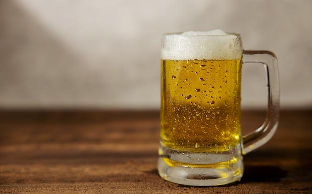 テーブルの上のビールのガラス。家でビールを飲むか、日中にカフェ