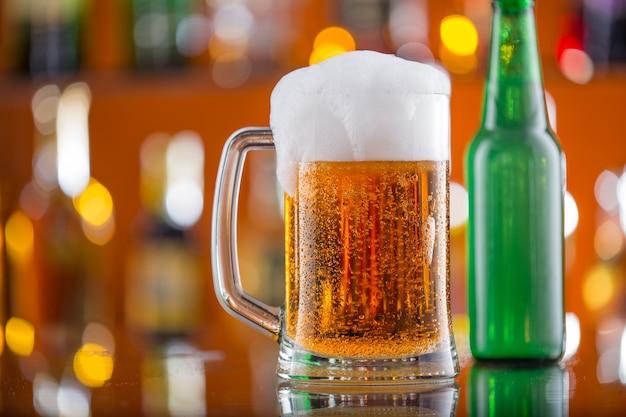 나무 테이블에 테이블에 맥주 한 잔