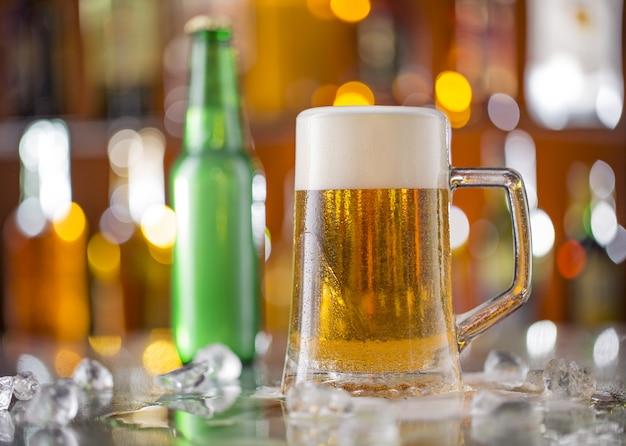 木製のテーブルの上のテーブルの上のビールのガラス
