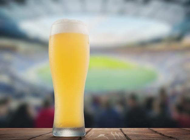 スタジアムの背景にビールのグラス