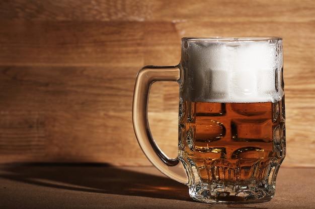 木製の表面上のビールのグラス