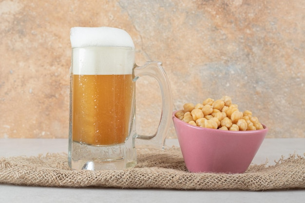 삼 베에 완두콩 그릇과 맥주 한 잔