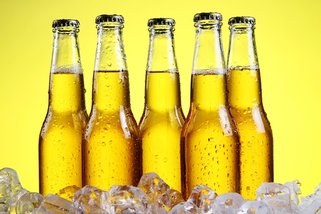 Стакан пива с пеной на желтом фоне