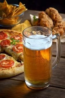 ピザマルガリータとビールのグラス