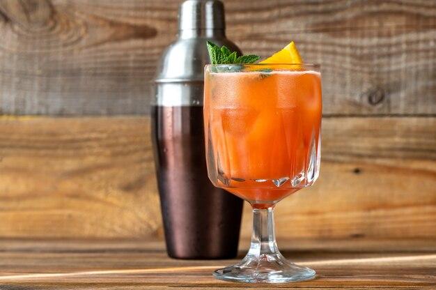 오렌지 슬라이스와 신선한 민트로 장식된 벨몬트 브리즈 칵테일 한 잔