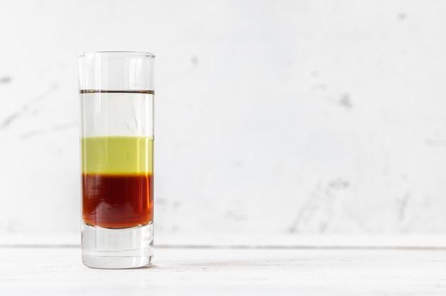 Glass of bijou - смешанный алкогольный напиток, состоящий из джина, вермута и шартреза.