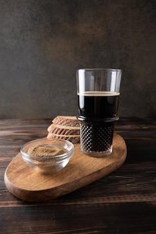 Стакан черного пива с хлебом