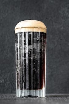 Бокал коктейля из черного бархата из комбинации стаута и шампанского