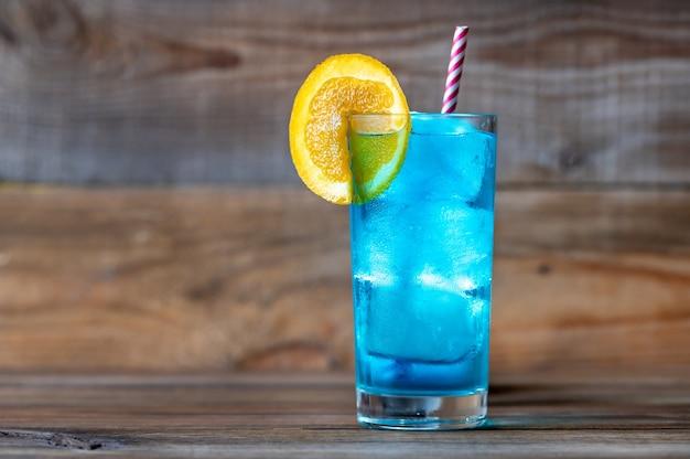 オレンジスライスを添えたブルーラグーンカクテルのグラス