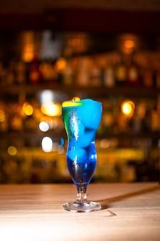 Стакан коктейля голубая лагуна на столе