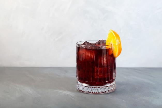 Boulevardier 칵테일 한 잔 위스키 베르무트와 campari로 구성된 클래식 알코올 음료