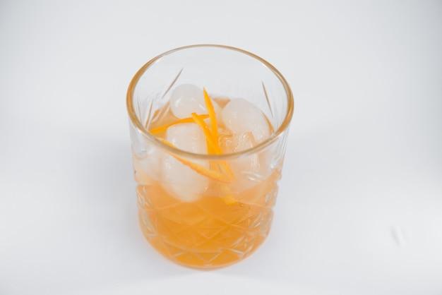 大きな角氷とオレンジの皮が分離されたブルバーディエカクテルのグラス