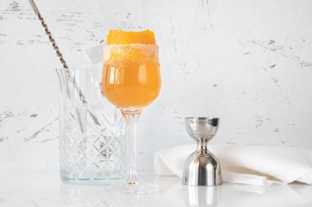 オレンジの皮を添えたブランデークラスタカクテルのグラス
