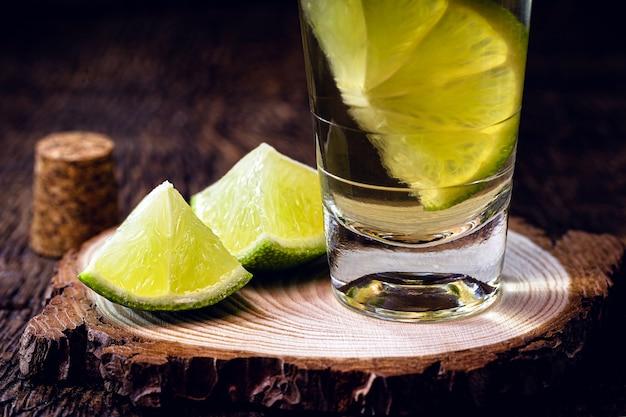 カシャーサまたは「ピンガ」と呼ばれるレモン入りブラジル蒸留飲料のグラス、コピースペース。
