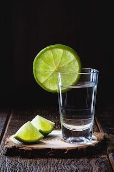 Стакан бразильского дистиллированного напитка с лимоном, называемый кашаса или «пинга», копирование пространства