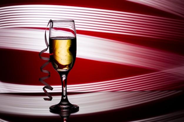 Бокал шампанского на красном