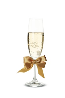 Бокал шампанского с бантом, изолированные на белом фоне