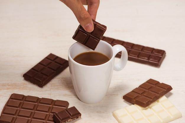 チョコレートミルクのグラスとテーブルの上のバーチョコレート