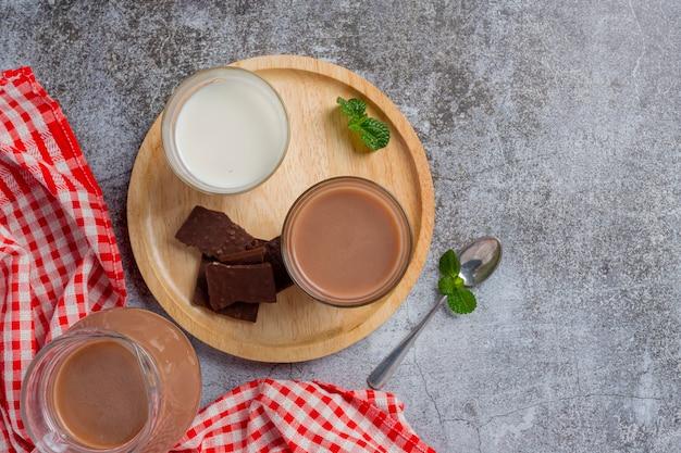 暗い表面にチョコレートミルクのガラス。