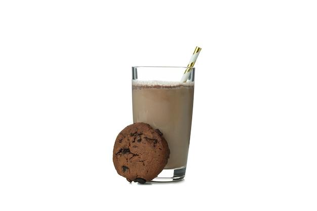 초콜릿 밀크 쉐이크와 흰 벽에 고립 된 쿠키의 유리