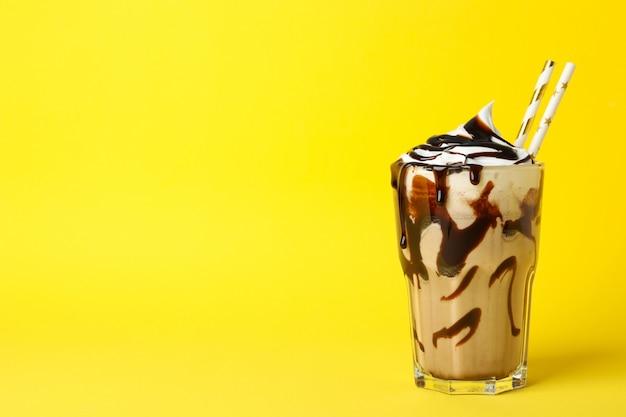 노란색에 초콜릿 밀크 쉐이크의 유리