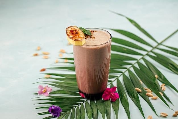 Стакан шоколадного коктейля смузи
