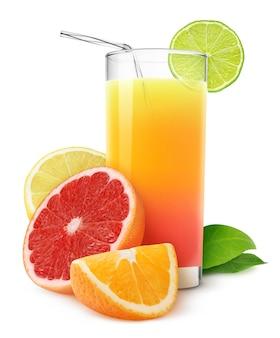 흰색 배경에 분리된 감귤 주스 믹스와 오렌지, 자몽, 레몬, 라임 과일의 신선한 조각