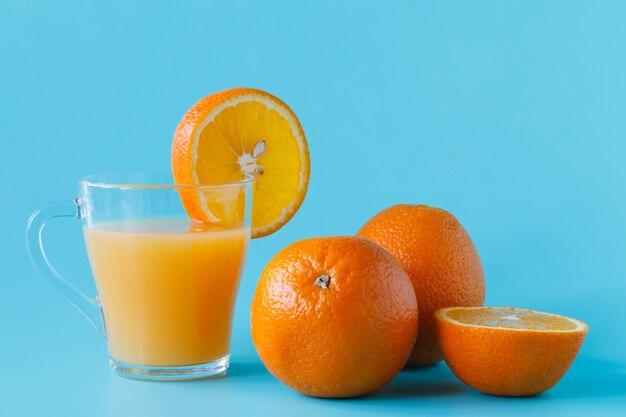 밝은 배경에 생생한 오렌지와 감귤 주스의 유리