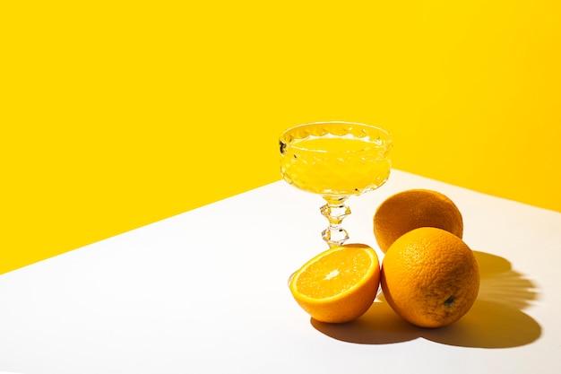 햇빛에 칵테일 또는 오렌지 주스의 유리 여름 개념, 바다에서 휴가입니다.
