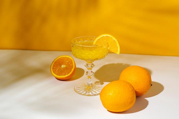 햇빛에 칵테일 또는 오렌지 주스의 유리.