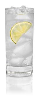 흰색 배경에 분리된 얼음과 레몬을 넣은 칵테일 한 잔
