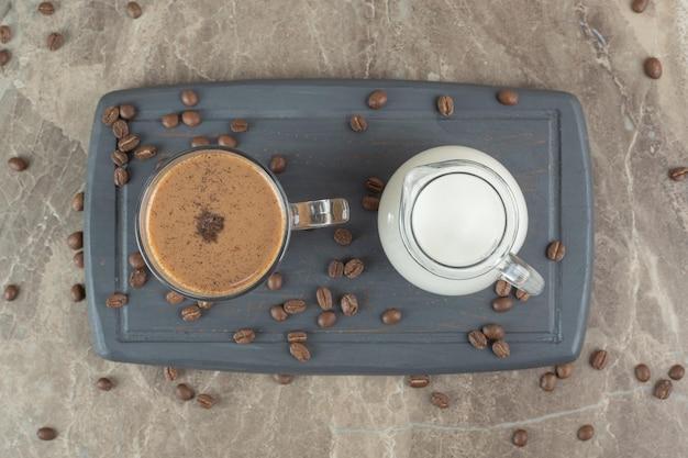 어두운 접시에 커피와 우유의 유리