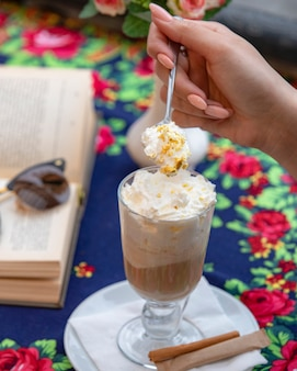 ホイップクリームとコーヒーカフェラテのガラス