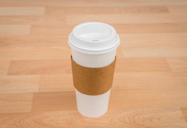 木製のテーブルの上にコーヒーのグラス