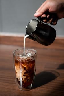 Стакан кофе на столе и серая стена